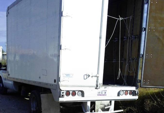 Hallan camión de Coppel robado con chofer y chalán amarrados