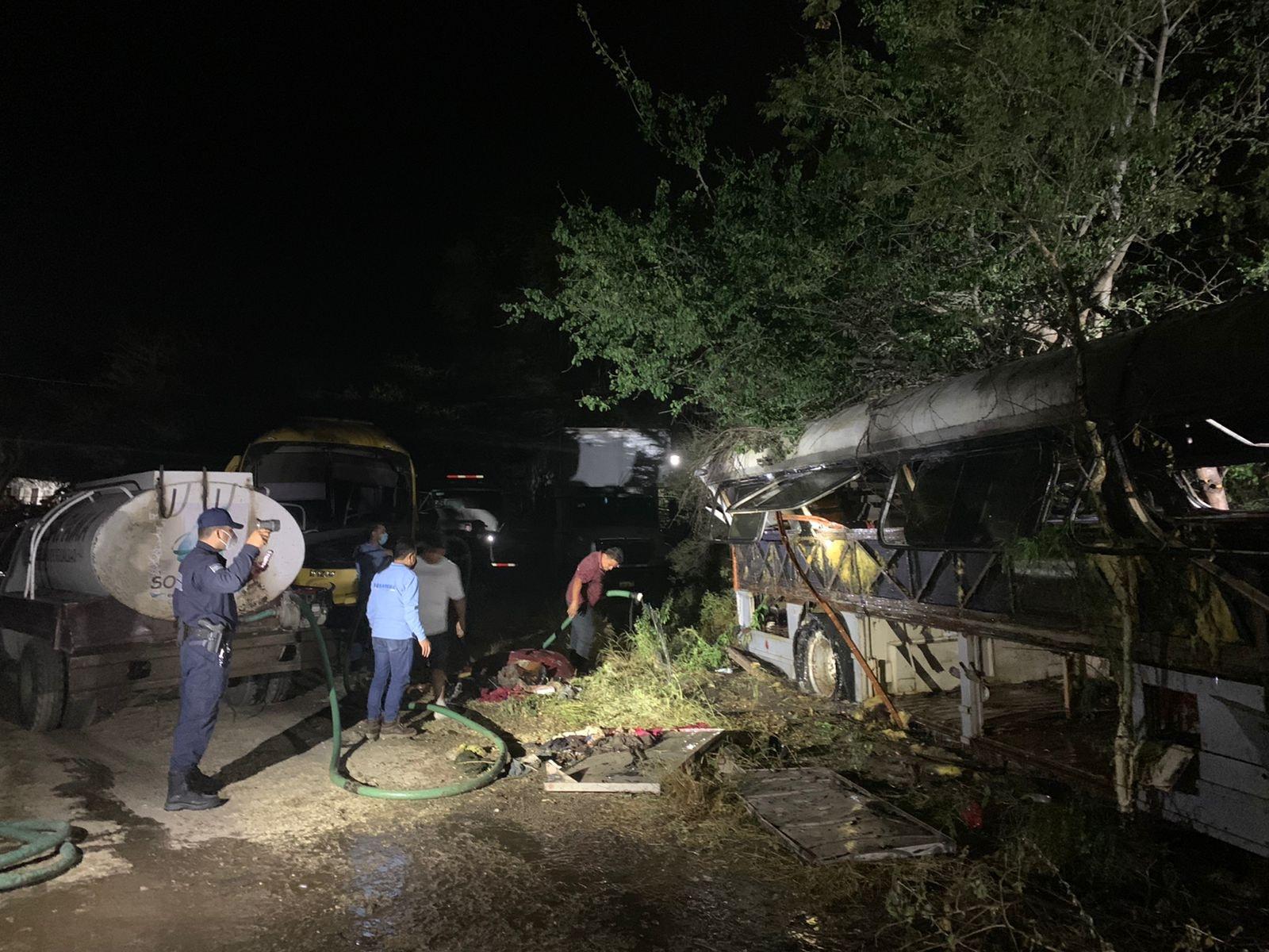 Fuego consume vehículos en corralón de la Secretaría de Movilidad en Acatlán