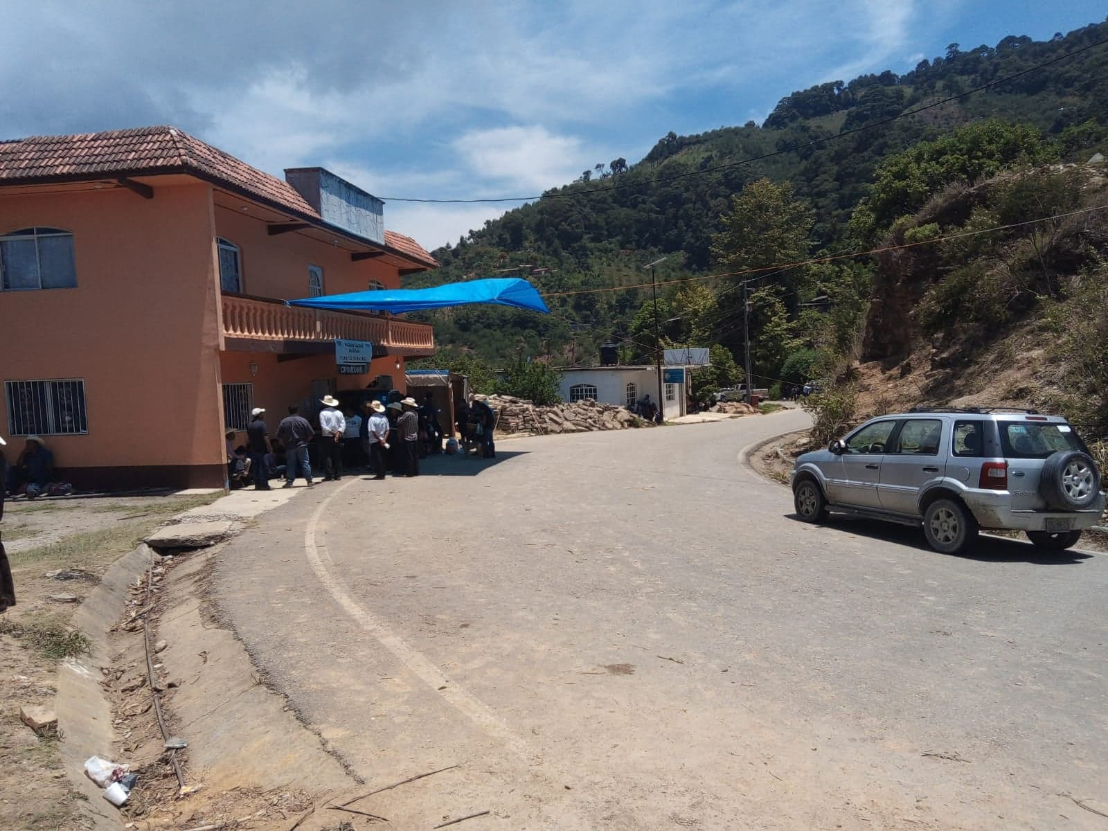 Continúa tomado el Consejo Municipal del IEE en Coyomeapan