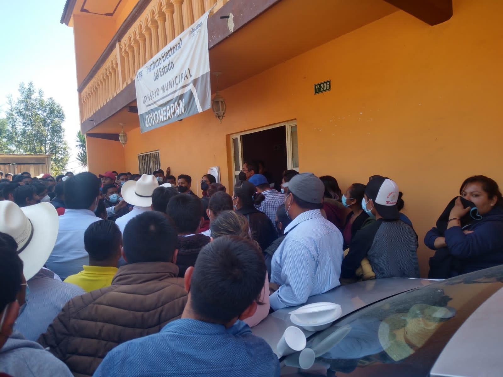 Rechazan resultados y toman Consejo Municipal del IEE en Coyomeapan