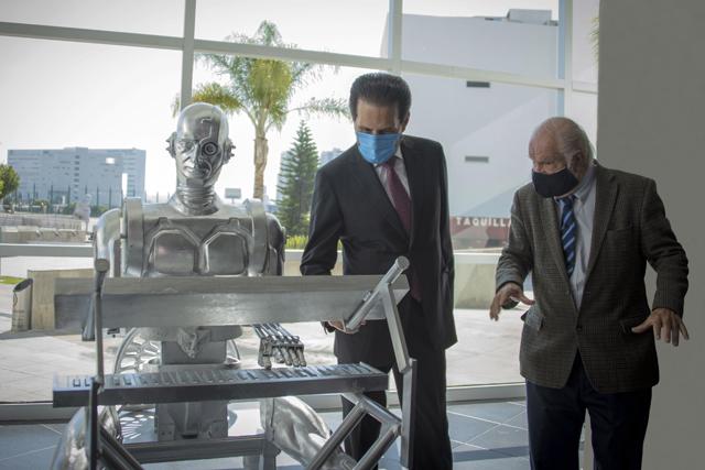 BUAP devela escultura a Don Cuco El Guapo, primer robot mexicano con inteligencia artificial