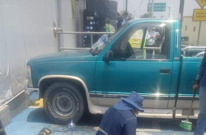 Roban camioneta fuera del CIS en Tecamachalco