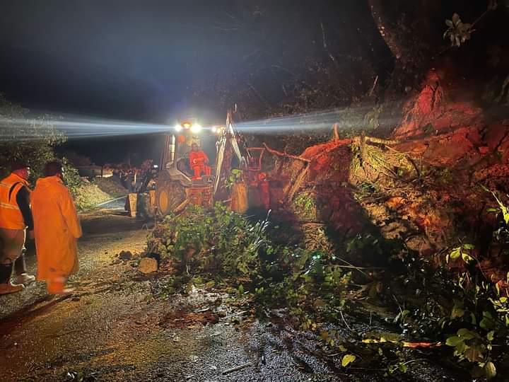 Fuertes lluvias causan derrumbes en carretera de Teziutlán