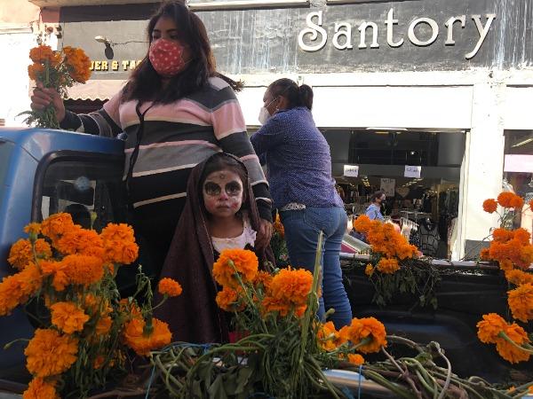 Con desfile celebran productores el aniversario de plazuela en Atlixco