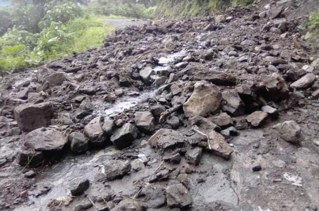 Lluvias en Zihuateutla provocan deslaves y bloqueo de caminos