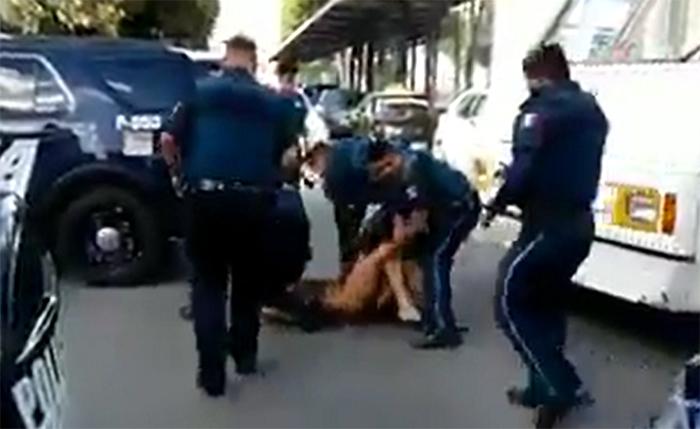 VIDEO Baila desnudo e interrumpe el tráfico en bulevar 5 de mayo en Puebla
