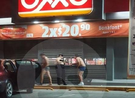 Captan a tres personas semidesnudas en Oxxo de Amozoc