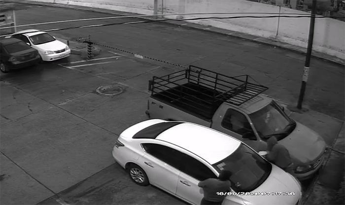 VIDEO A plena luz del día desvalijan vehículos en Texmelucan