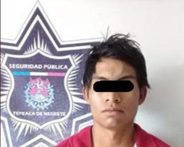 Intentan vender objetos robados, pero policía de Tepeaca los detiene
