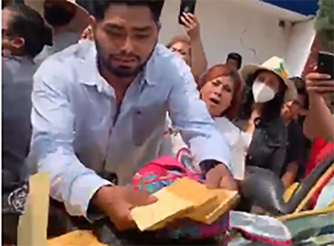 VIDEO Cae directora del DIF de Coronango con fajos de billetes para compra de votos