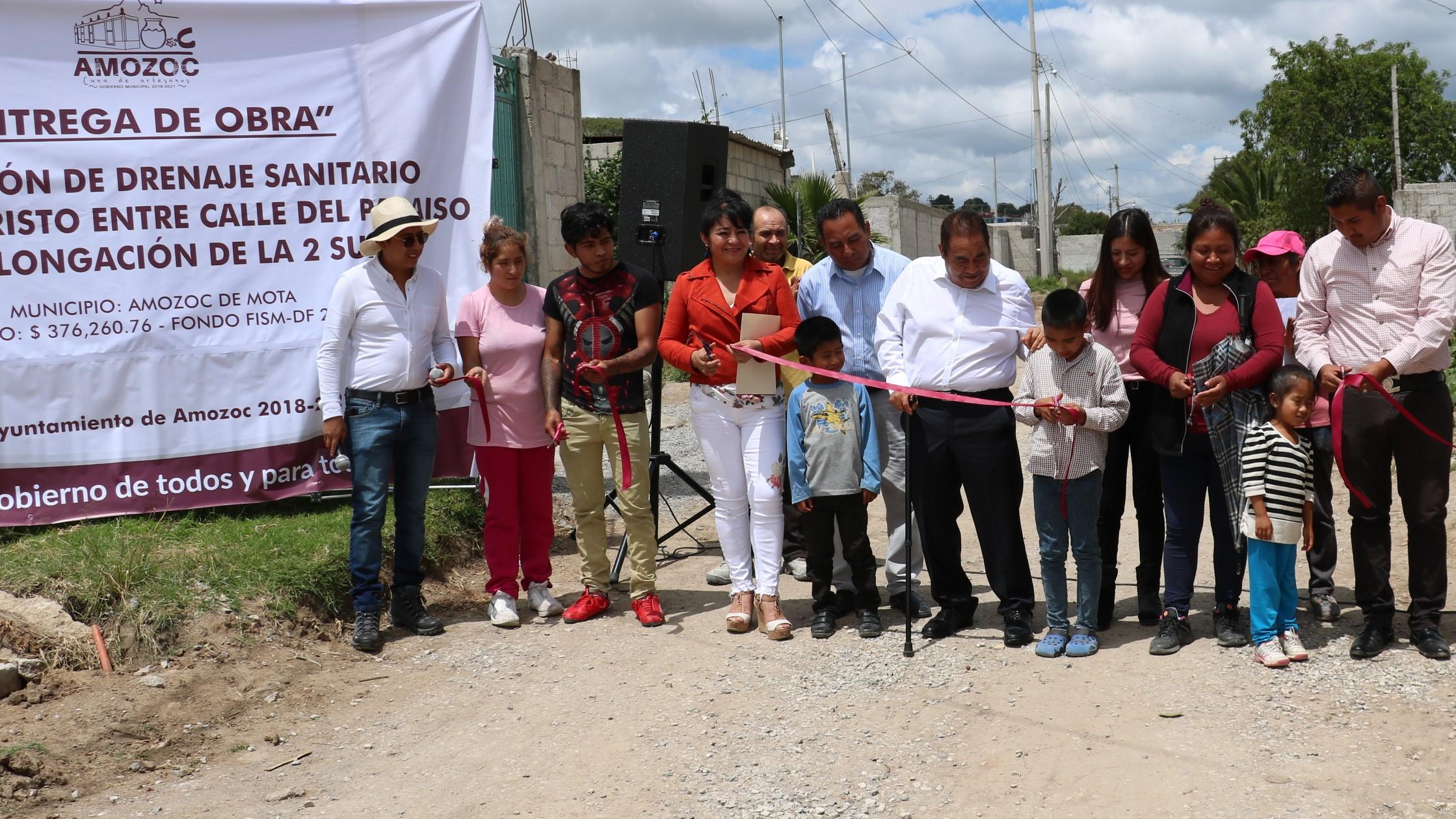 Mario de la Rosa entrega drenaje de El Paraíso en Amozoc