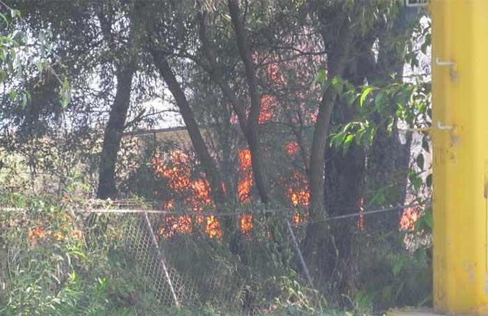 Evacuan dos empresas por incendio en ducto de Pemex