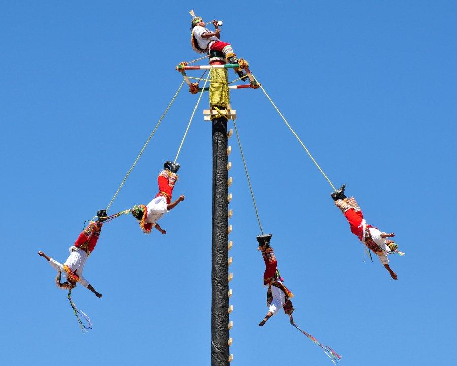Voladores de Papantla se enredan durante ritual