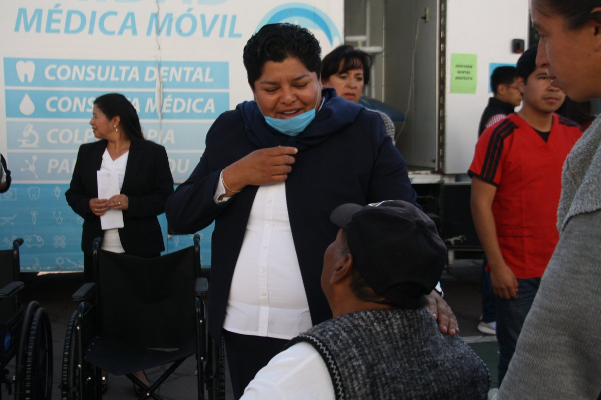 Edila entrega sillas de ruedas en San Andrés Cholula