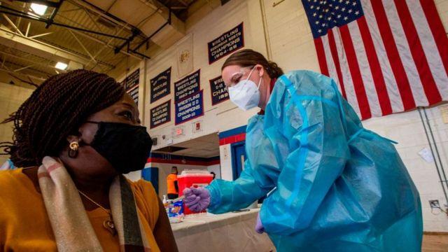 De estadios a iglesias en EU para inmunizar a la gente
