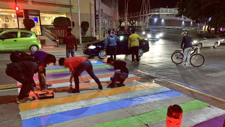 Activistas LGBT vuelven a pintar crucero de la 31