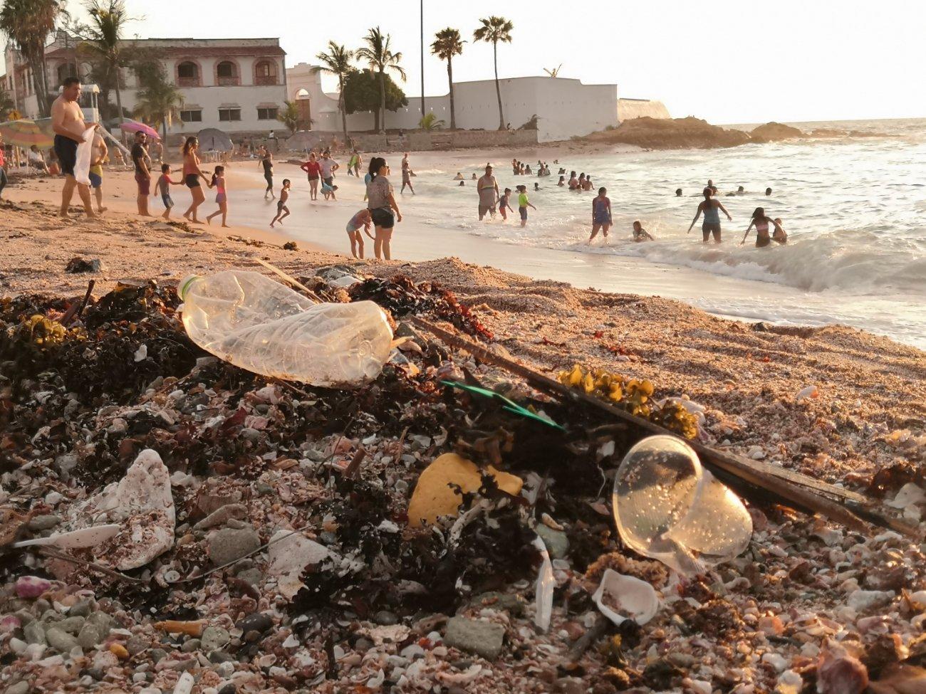 Tras reapertura de playas en Mazatlán, visitantes dejan toneladas basura