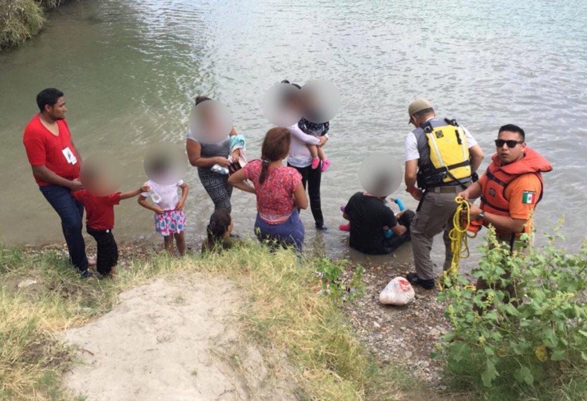 Rescatan a migrantes del Río Bravo; había cinco niños