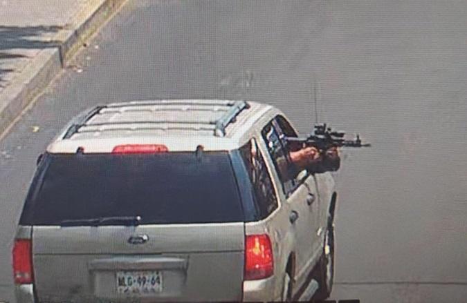 Buscan a sujetos que disiparon potente arma desde una camioneta