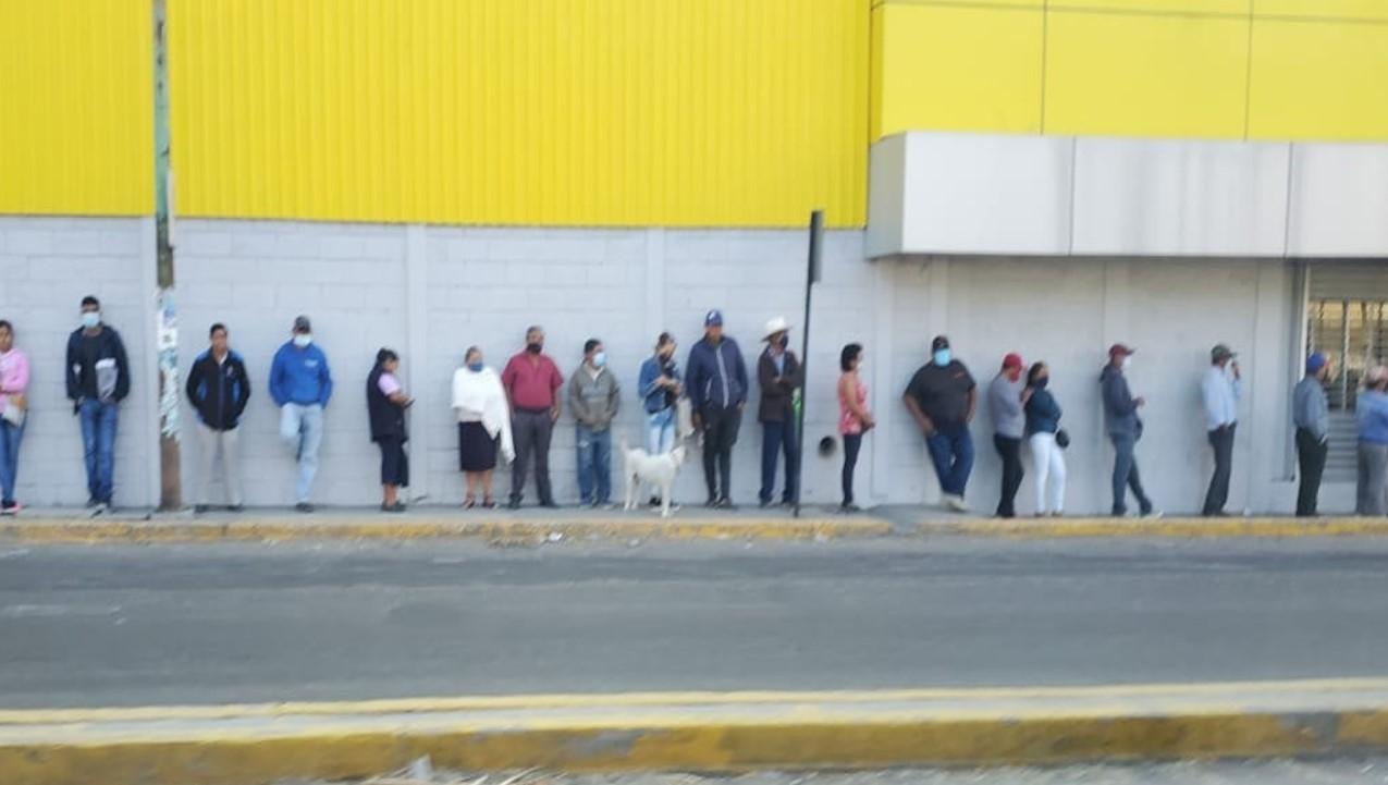 Por remesas reportan largas filas en Banco Azteca de Izúcar