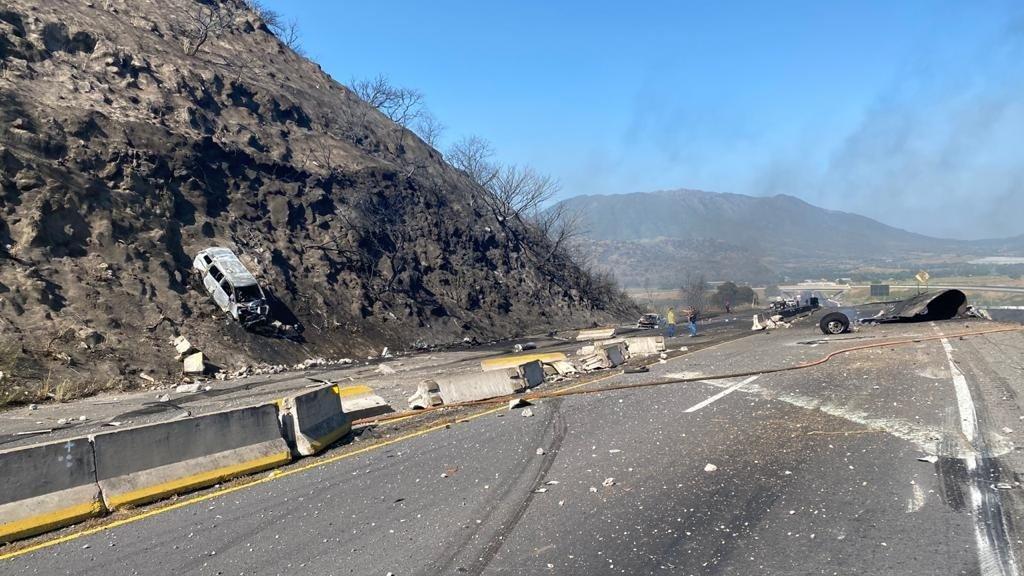 Pipa explota en la carretera Tepic-Guadalajara; reportan varios muertos