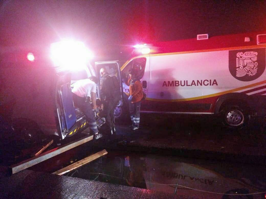 Se cae ambulancia en zanja con embarazada en labores