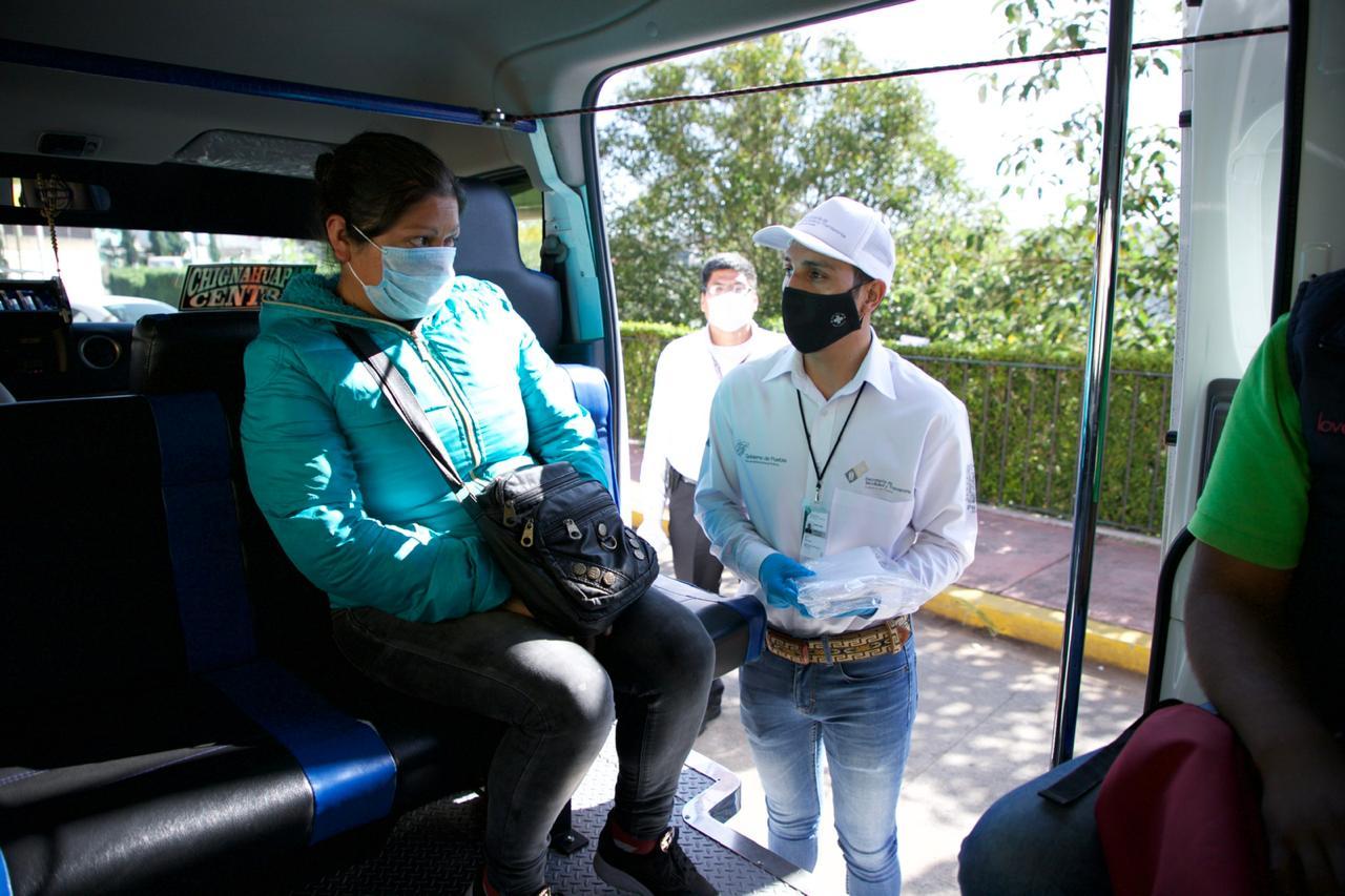 Entrega SMT 10 mil cubrebocas a usuarios del transporte público en Puebla
