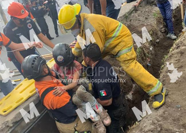 VIDEO Abuelito y niña quedan atrapados por alud de tierra en Puebla capital