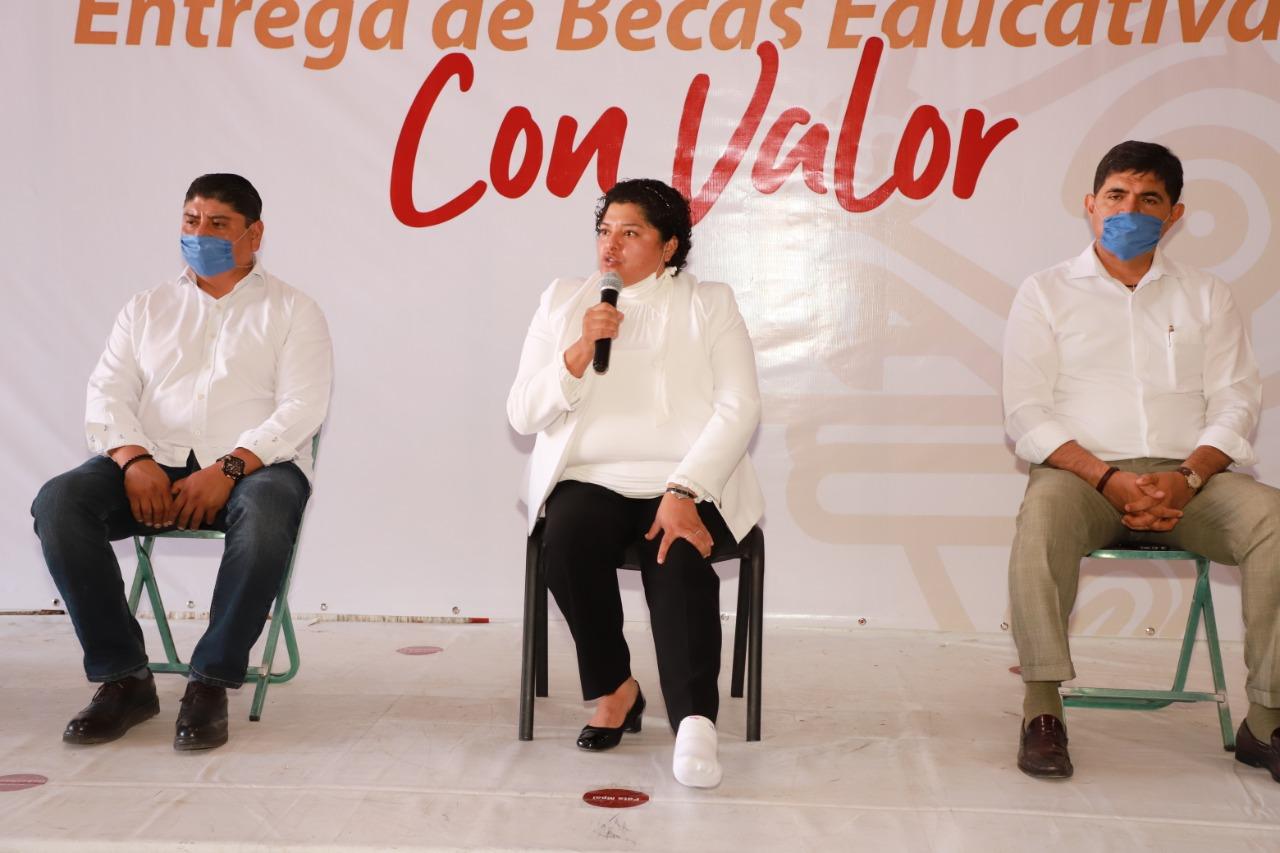 Entregan apoyos a estudiantes de escuelas en San Andrés Cholula