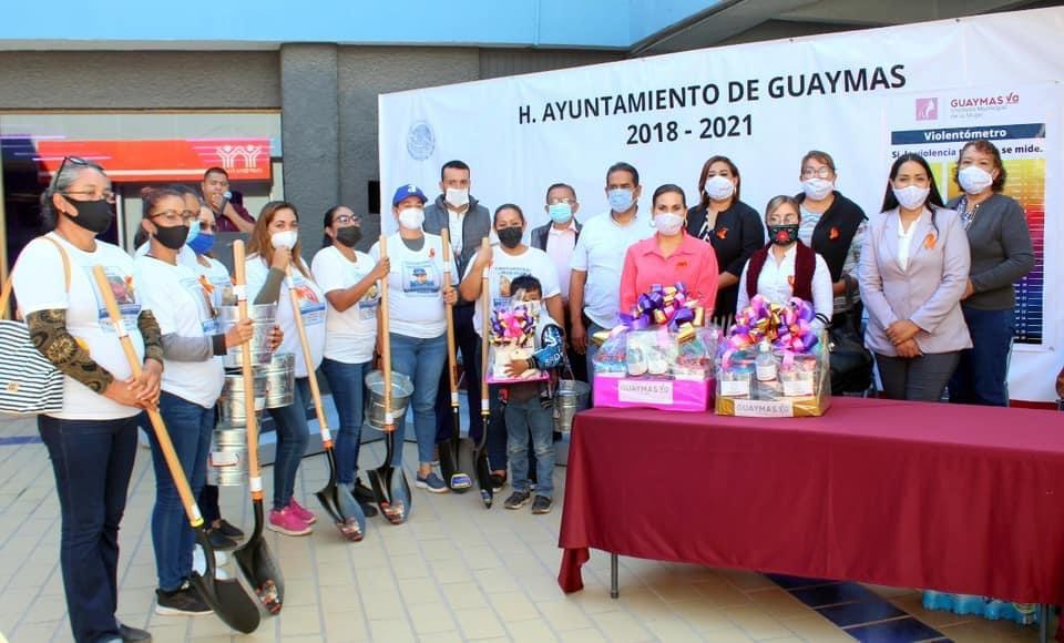 Alcaldesa entrega palas y cubetas para que busquen a sus desaparecidos