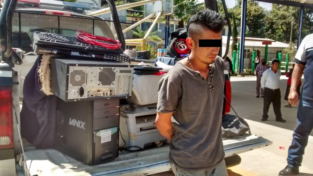 Atrapan a sujeto con equipo de cómputo robado en Huauchinango