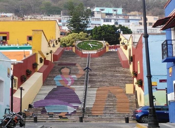Pintan gigantes en las escaleras anchas de Atlixco