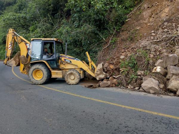 Retira Infraestructura derrumbes en carretera de Zapotitlán de Méndez