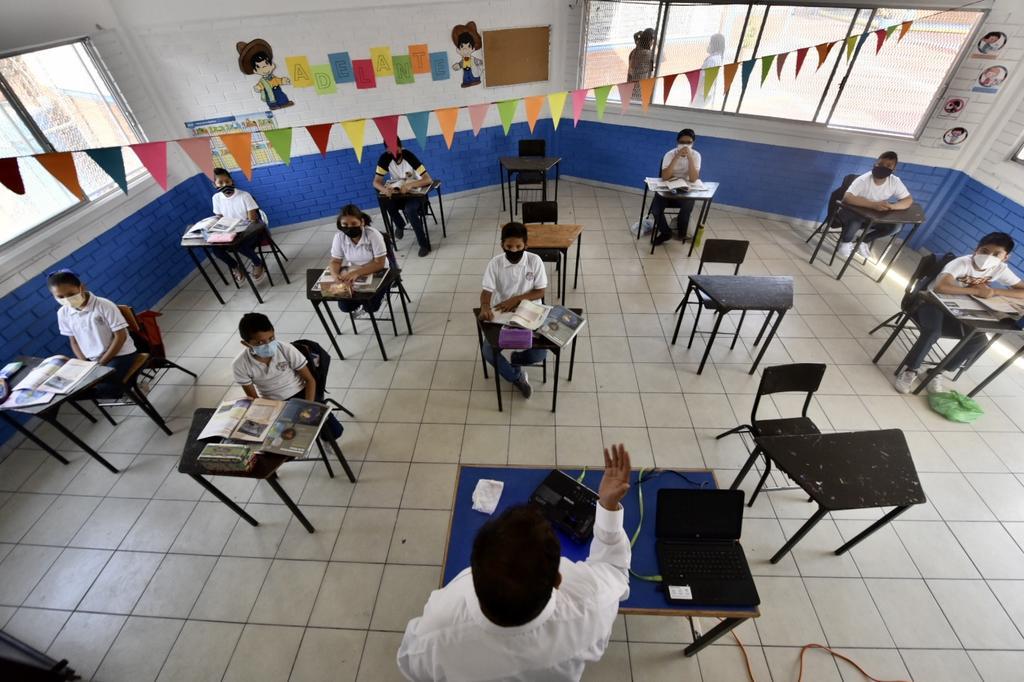 Por covid 12 escuelas han cerrado y 90 alumnos y maestros se han contagiado