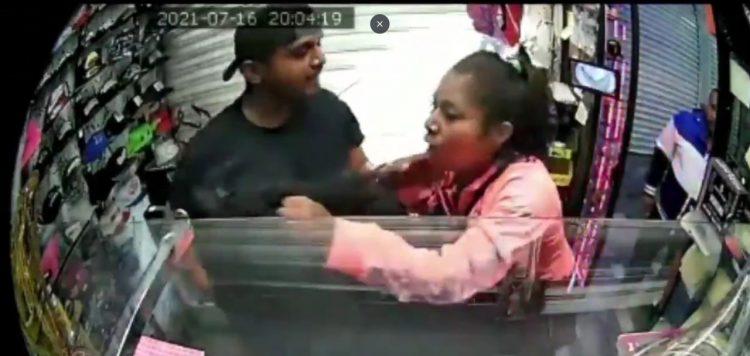VIDEO Le escupe a su empleada en local de Puebla