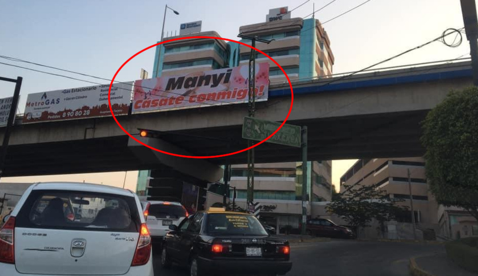 Con anuncio espectacular le propone matrimonio en Puebla
