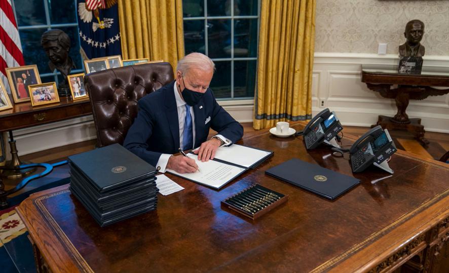 Conoce los 17 decretos que firmó Biden al llegar a la presidencia
