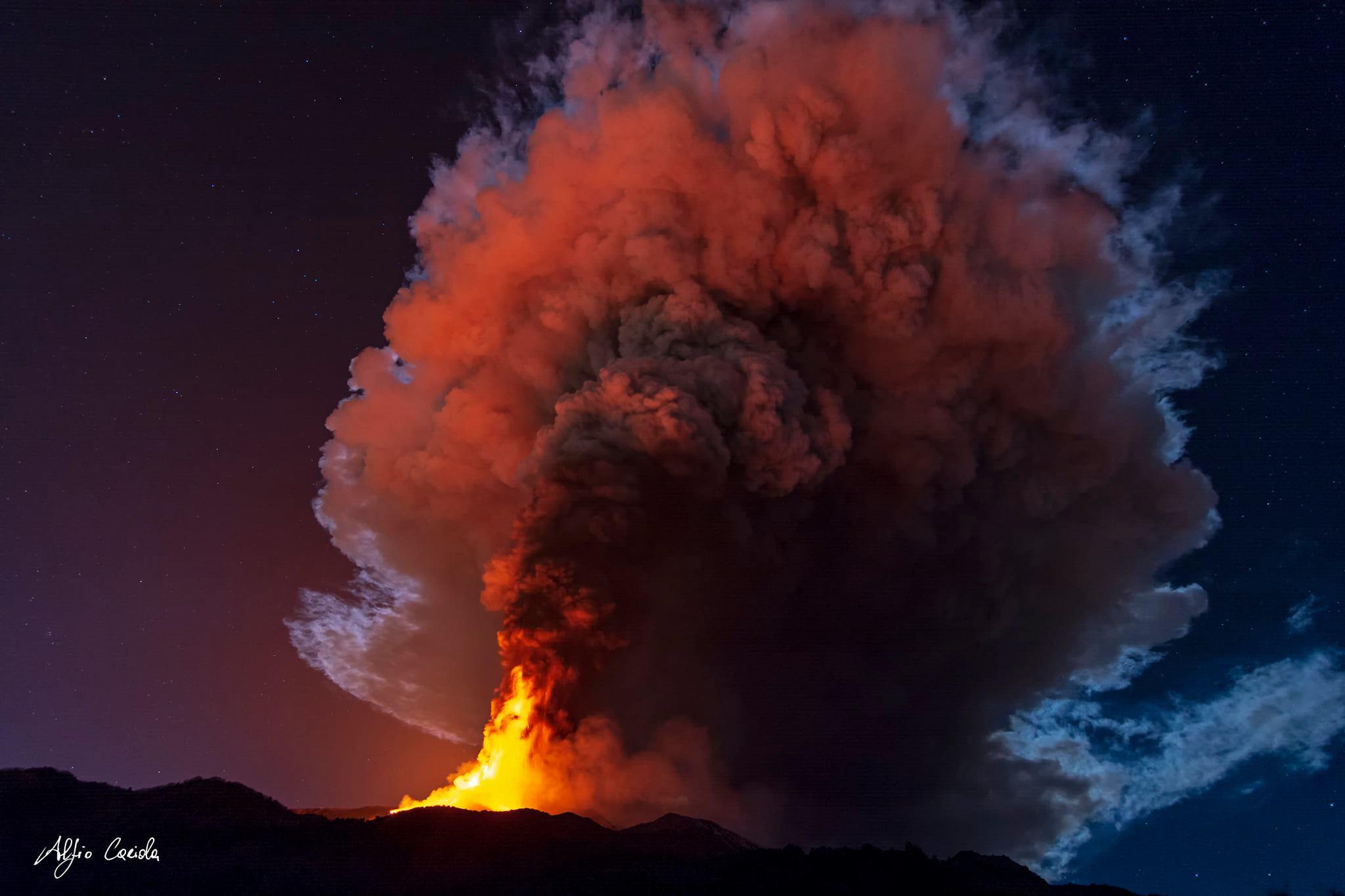 VIDEO Sorprendente erupción del Etna durante la noche del lunes