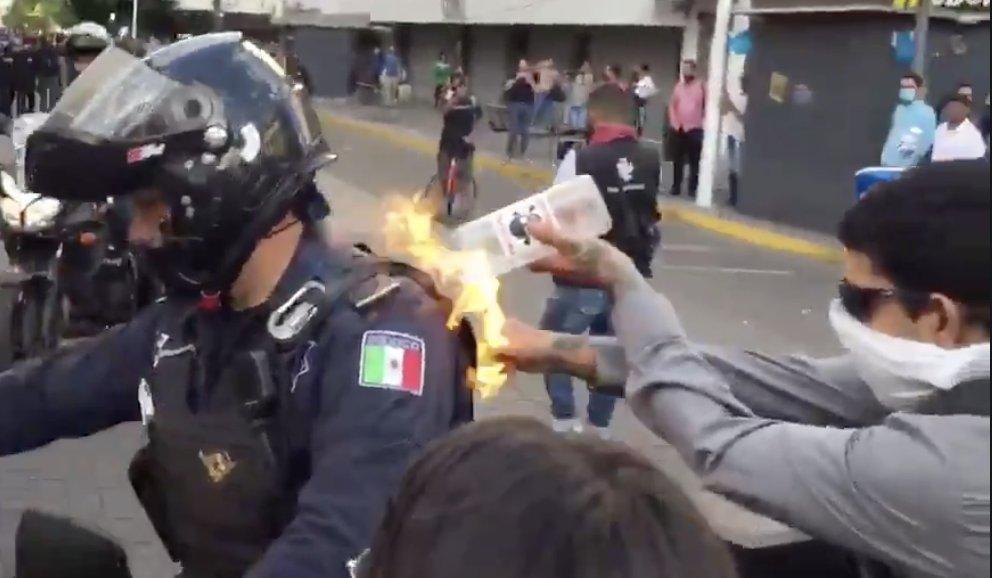 VIDEO Prenden fuego a policía en medio de protestas en Jalisco
