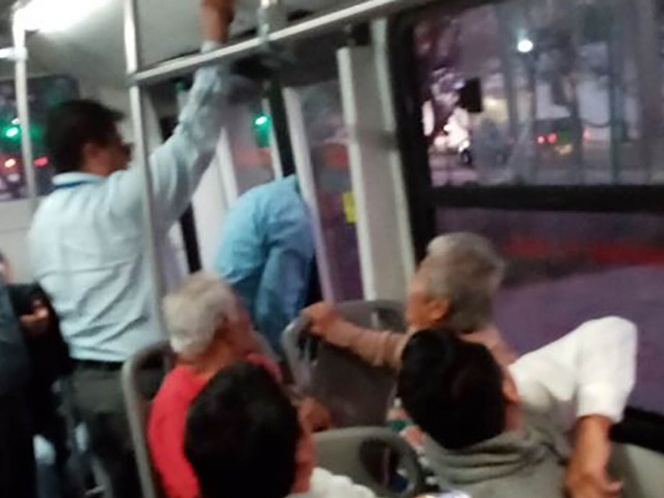 Se hace viral imagen de borracho con la cabeza atorada en el metrobús