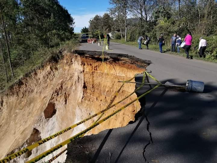 Falla geológica provoca enorme socavón en carretera de Teziutlán