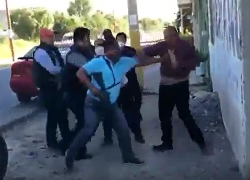 VIDEO Policías estatales encañonan y agreden a familia en Tecamachalco