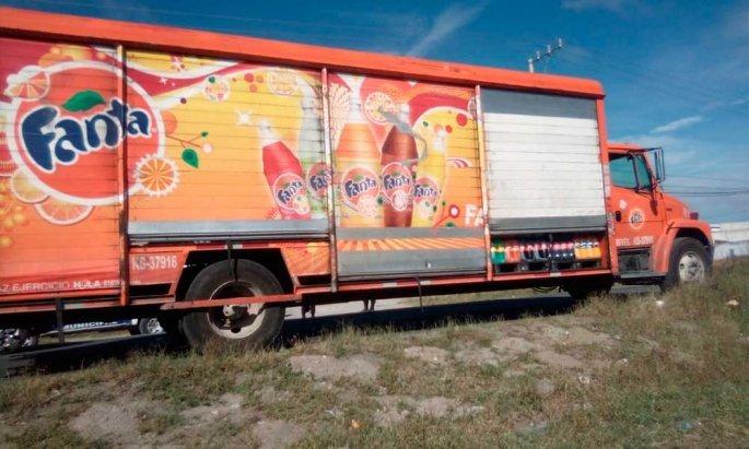 Ladrones abandonan camión repartidor de refrescos en Tecamachalco