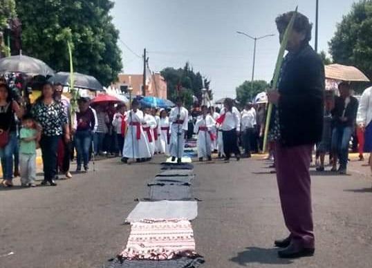 Cubren calles con rebozos para recibir a Jesús