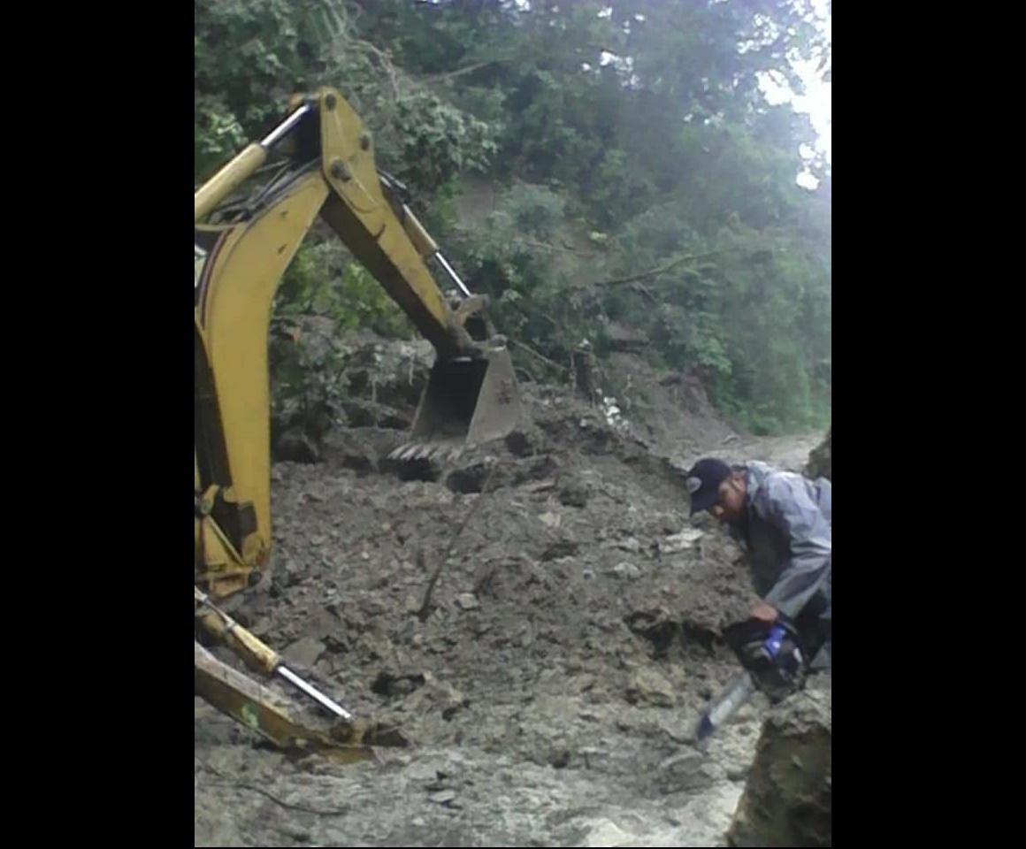 Derrumbes incomunican comunidades en la Sierra Negra