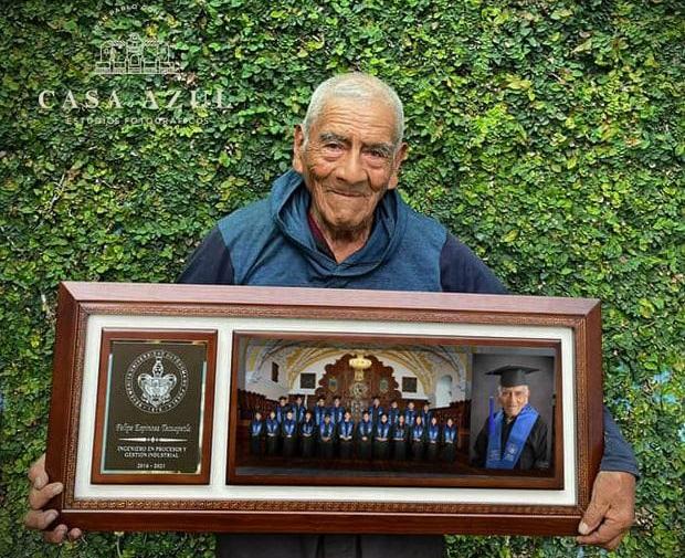 Presume Don Felipe la foto de su graduación en la BUAP