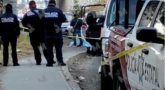 VIDEO La matan bajo el puente de la autopista en San Felipe Hueyotlipan