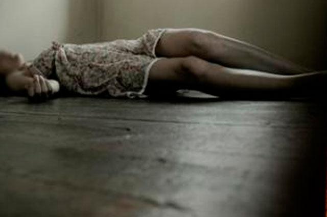 Hallan a mujer muerta en su baño, investigan posible suicidio