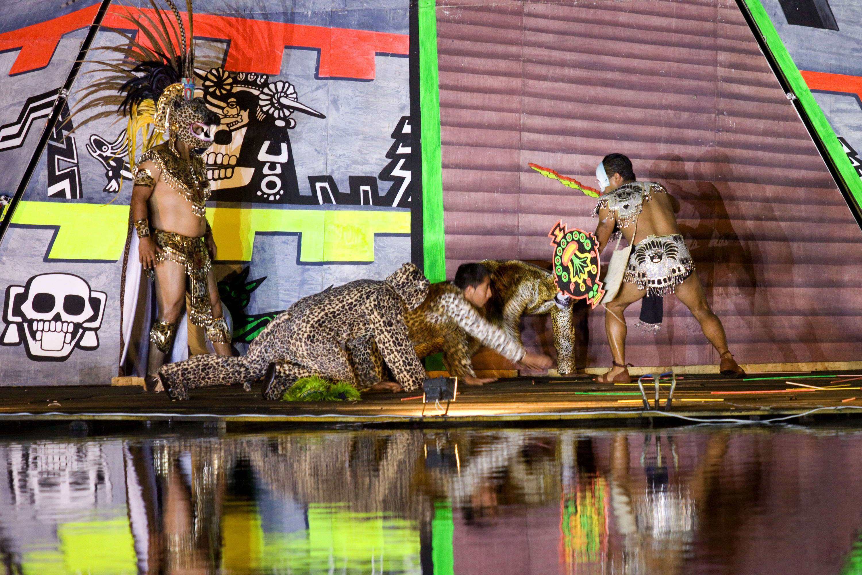 Actores durante el Festiva de la Luz y la Vida en Chignahuapan
