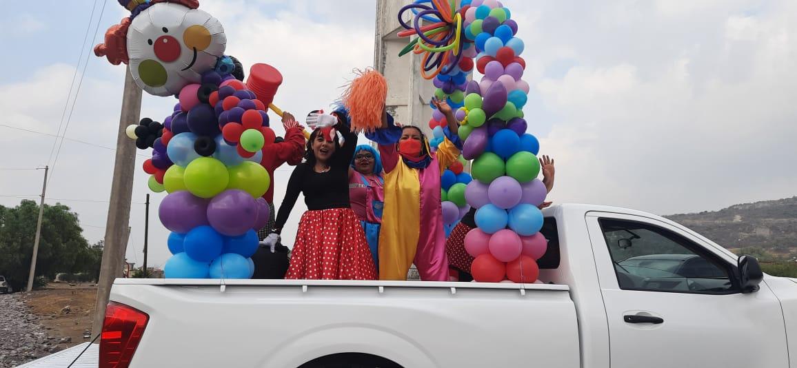 Recorren profesores localidades de Tecamachalco para felicitar a los niños